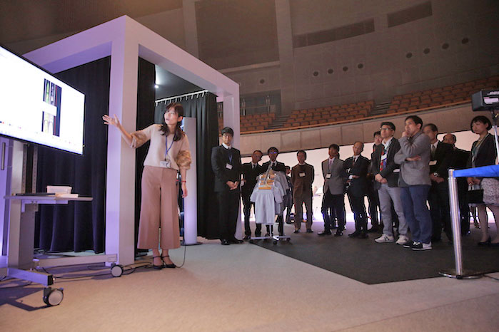 Figure 2: Visitors were also given a demonstration of Shima Seiki's fully developed 3D scanning Device which features LED strobe lights that allow super-fast body scanning.