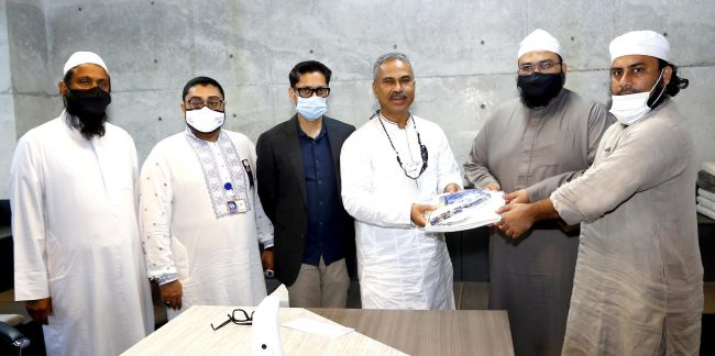 BGMEA President Faruque Hassan handed over clothing and a cheque of 3 lac taka